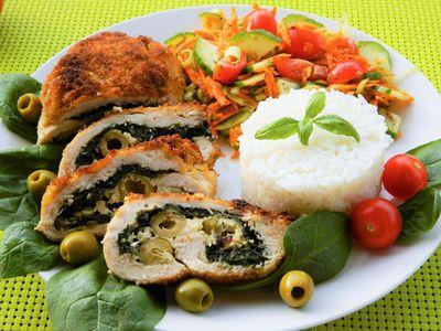 Roladki drobiowe ze szpinakiem, fetą i oliwkami
