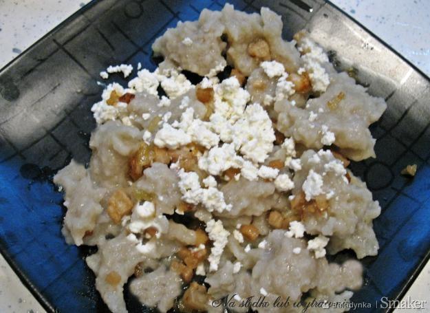 Szare kluski ze skwarkami i białym serem