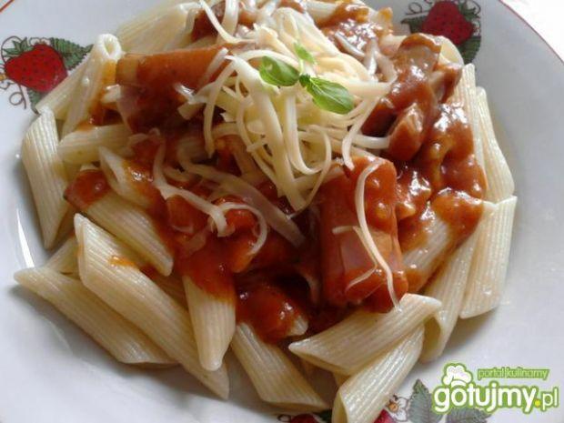 Przepis  penne z sosem pomidorowym i kiełbasą przepis