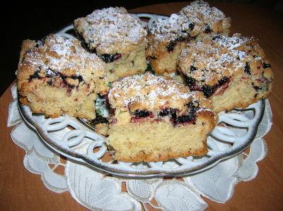 Ciasto drożdżowe z czarną porzeczką i kruszonką