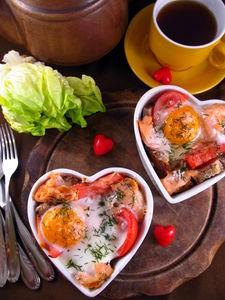 Łosoś zapiekany z jajkiem, parmezanem i pomidorem ...