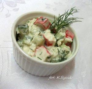 Sałatka ryżowa z paluszkami krabowymi surimi