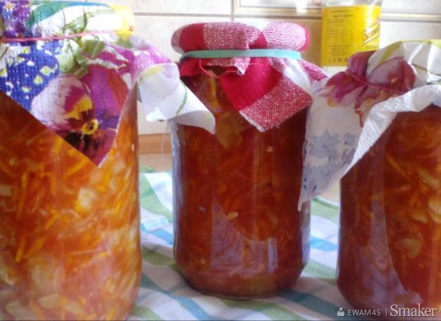 Sałatka z ogórków, marchewki i cebuli w koncentracie pomidorowym