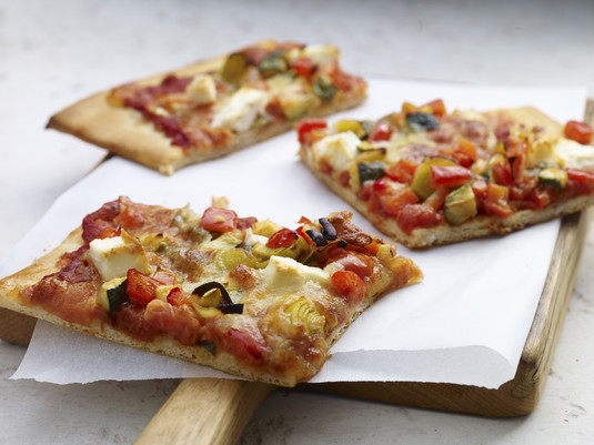 Domowa pizza z ziołowym sosem bolońskim i serem feta