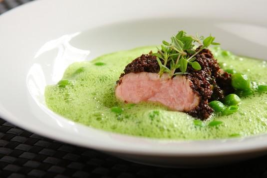 Zielona zupa minestrone z wędzoną cielęciną