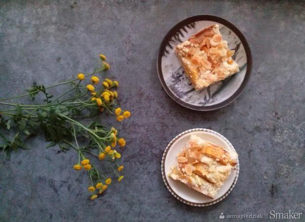 Maślany placek z brzoskwiniami, kruszonką i cytrynową nutą ...