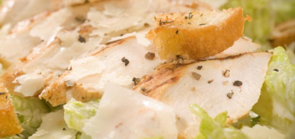 Sałatka cesarska z pikantną piersią z kurczaka i płatkami parmezanu