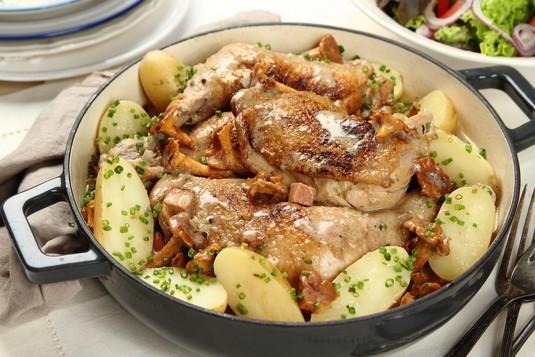 Potrawka z kurczaka zagrodowego z kurkami w sosie śmietanowym ...