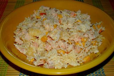 Sałatka z kurczakiem ryżem i ananasem