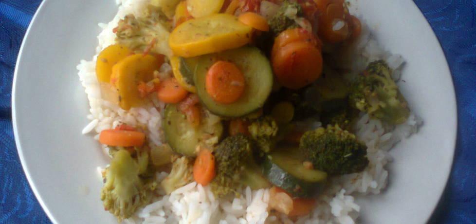 Warzywa na patelnie z ryżem, sosem i pomidorkami koktajlowymi ...