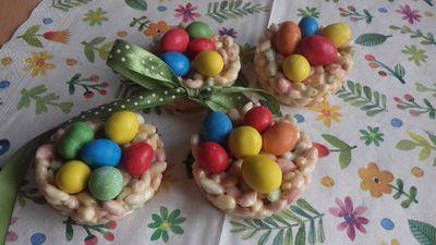 Koszyczki toffi z kolorowymi jajkami