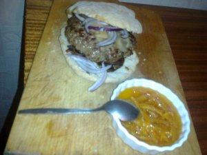 Burger z kaczki z karmelizowaną cebulką, marynowanym imbirem i ...