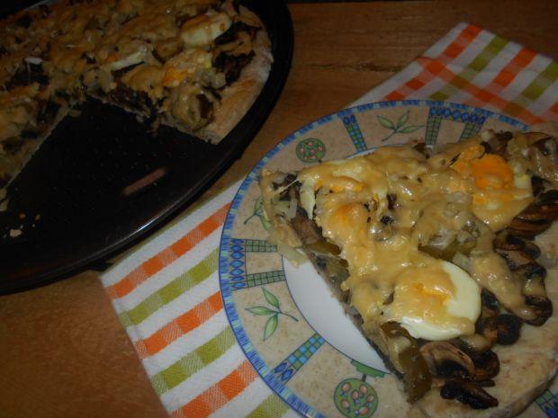 Przepis  pizza z pieczarkami jajkiem i ogórkiem przepis