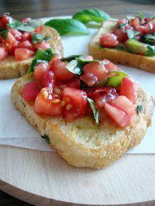 Tosty francuskie/ grzanki/ chleb na jajku z salsą z pomidora i świeżej ...