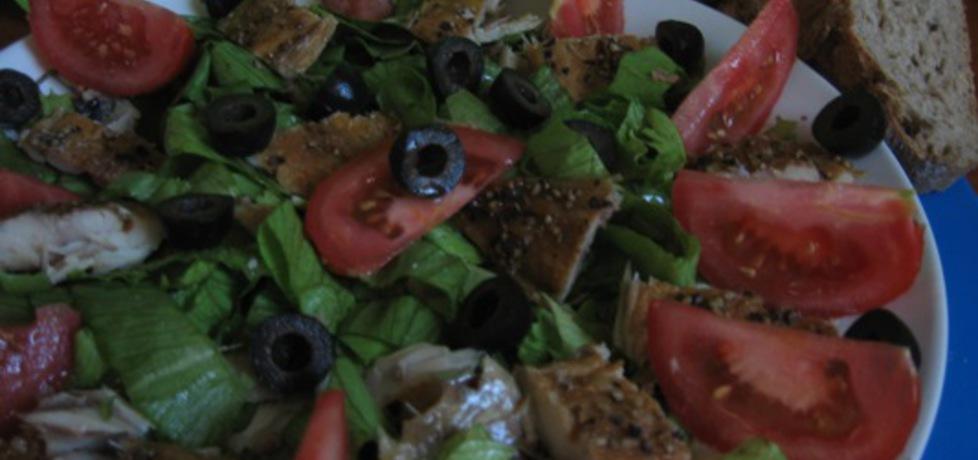 Sałatka z wędzoną makrelą, pomidorem i oliwkami na sałacie (autor ...