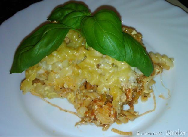 Zapiekany makaron z kurczakiem i mozzarellą w sosie pomidorowym
