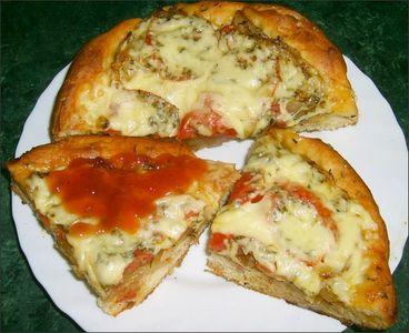 Skromna pizza domowa na grubym,chrupiącym spodzie ...