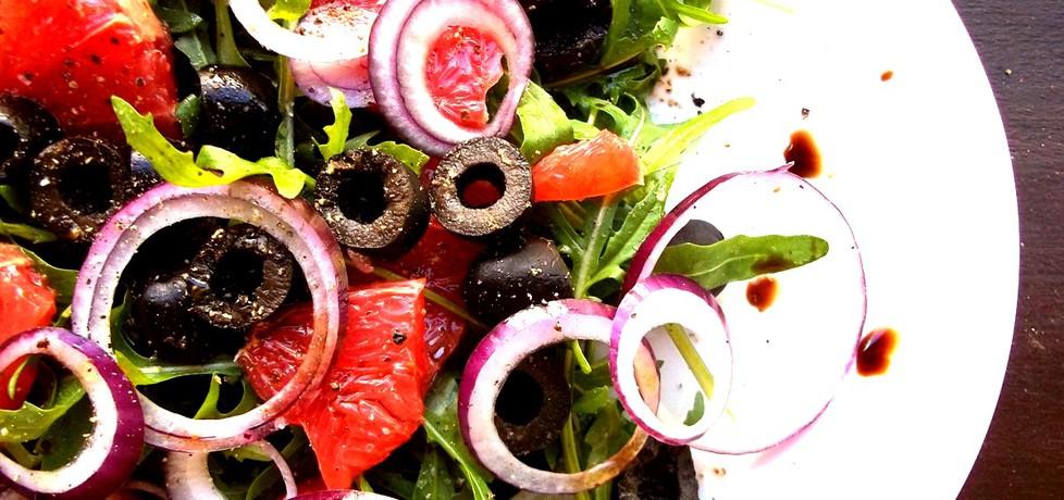 Włoska sałatka z czerwonym grejpfrutem, cebulą, czarnymi oliwkami ...