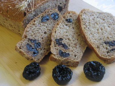 Chleb z otrębami i suszoną śliwką