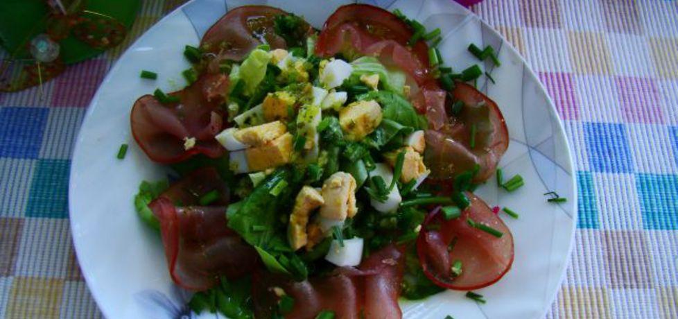 Lekka dobra sałatka z sałaty zielonej jajka i carpaccio. (autor ...