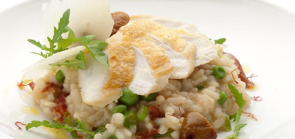 Szafranowe risotto z borowikami, pomidorami suszonymi i pieczoną ...