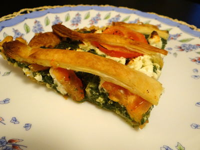 Tarta ze szpinakiem, serem feta i pomidorami