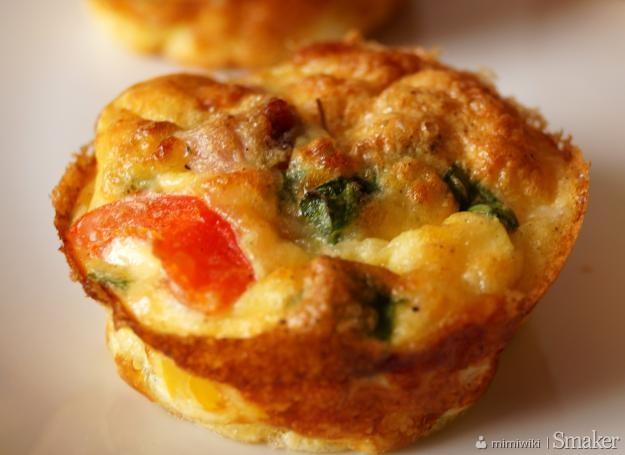 Muffinki śniadaniowe z szynką, serem i warzywami