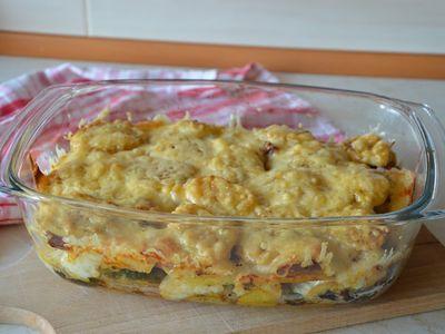 Zapiekanka chłopska z ziemniakami, kiełbasą i brokułem ...