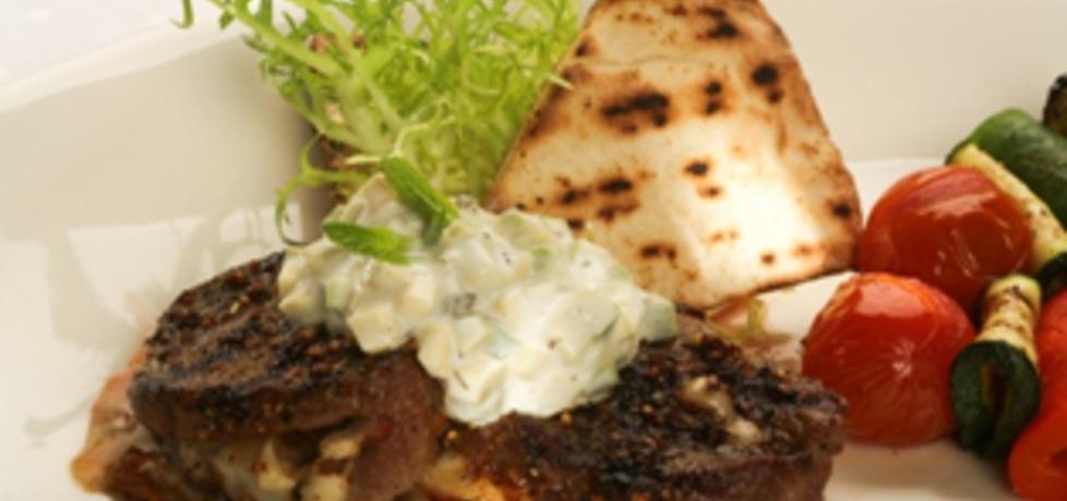 Medaliony z polędwicy wołowej z serem pleśniowym i grillowanymi ...