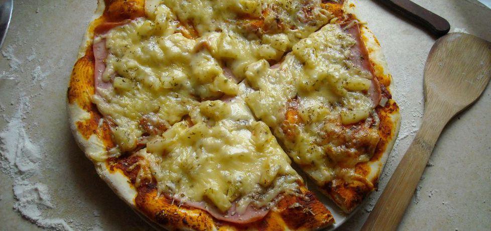Pizza hawajska na chrupiącym cienkim lub średnim spodzie. (autor ...