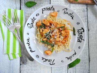 Spaghetti z kurczakiem i szpinakiem w kremowym sosie pomidorowym