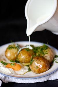 Młode ziemniaki z koperkiem, maślanką i sadzonym jajkiem ...