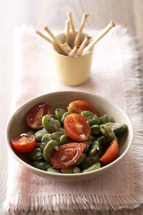 Sałatka z bobu i pomidorków  prosty przepis i składniki