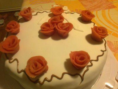 Wykwintny tort z masą cukrową i różyczkami