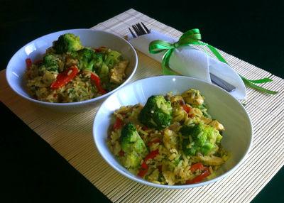 Pikantny ryż z kurczakiem i warzywami