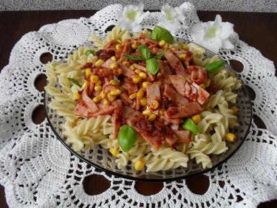Makaron z pastą z suszonych pomidorów i szynką