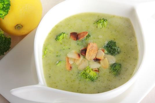 Krem z brokułów z migdałami