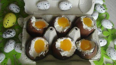 Czekoladowe jajka z serkiem mascarpone i brzoskwinią ...