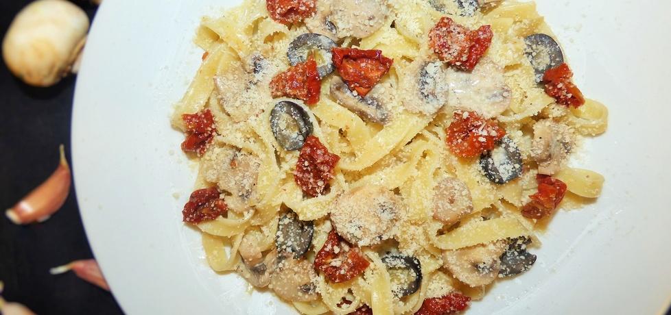 Tagliatelle z pieczarkami, oliwkami i suszonymi pomidorami (autor ...