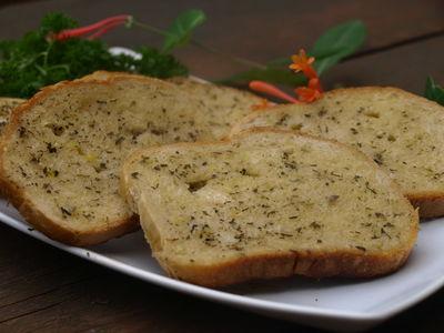 Chleb z grilla z masłem czosnkowo