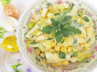 Złocista sałatka z białej rzodkwi, kukurydzy i pora