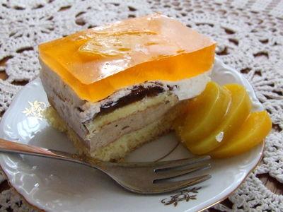 Ciasto z pianką cappuccino i brzoskwiniami