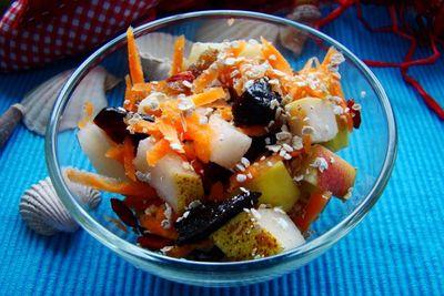 Sałatka owocowa z otrębami żytnimi i śliwką suszoną ...