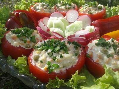 Sałatka w pomidorach