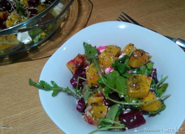 Jesienna sałatka z rukoli, pieczonej dyni i buraków