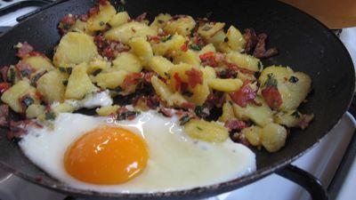 Podsmażane ziemniaki z jajkiem sadzonym i kiełbaską ...