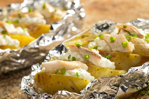 Przepis na pieczone ziemniaki z wędzonym pstrągiem