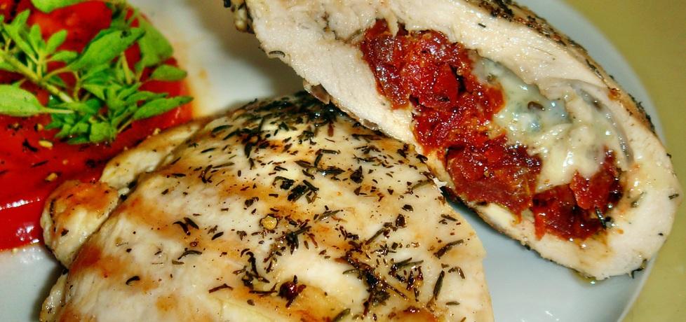 Filet z kurczaka z suszonymi pomidorami i gorgonzolą. (autor ...