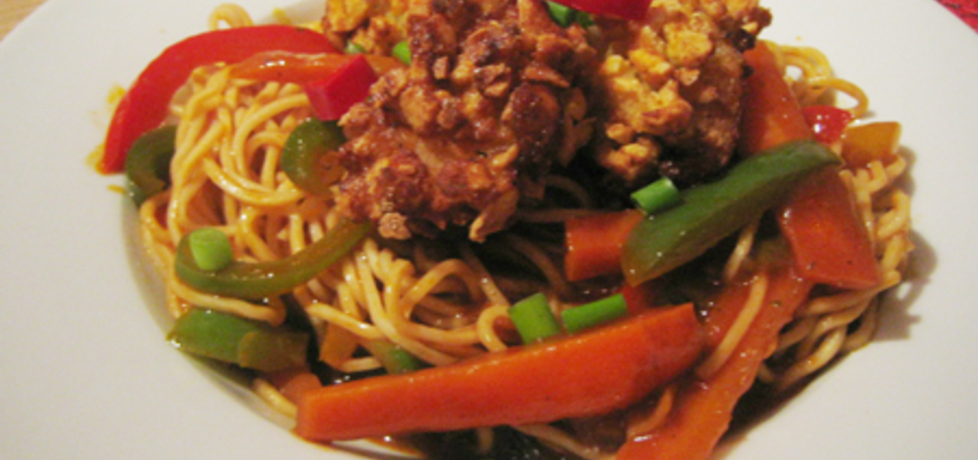 Chow mein w pikantnym sosie pomidorowym z chrupiącymi ...