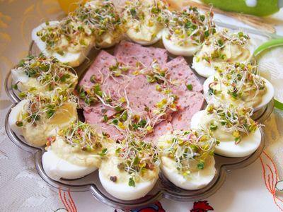 Jajka z pastą chrzanową i kiełkami